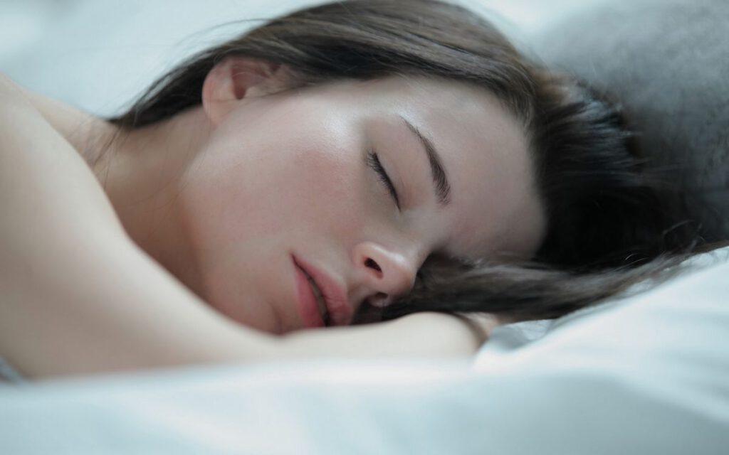 Gezichtscrème gebruiken 's nachts? Zo moet je het doen